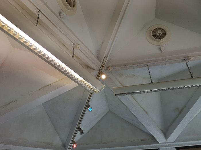 Kennington Primary School. Lights on the ceiling