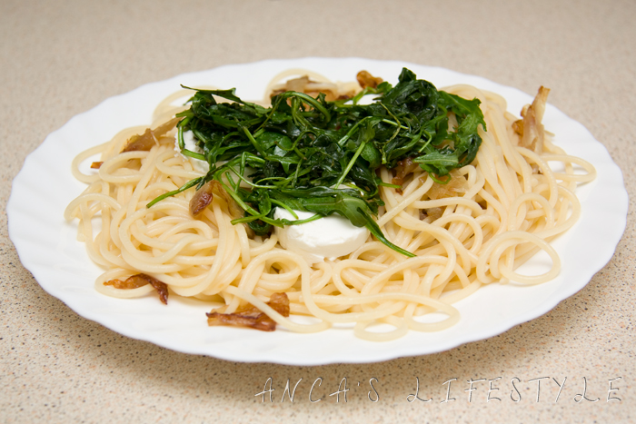 pasta with warm rocket and goat cheese