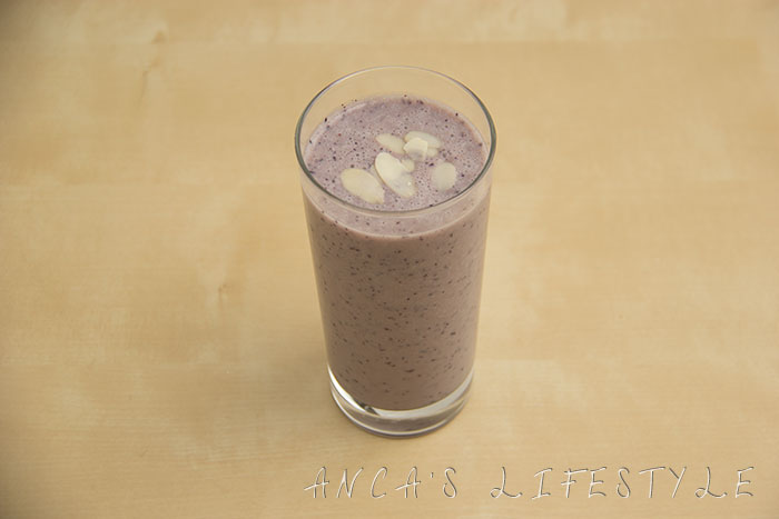 02 banana blueberries and almond flake smoothie
