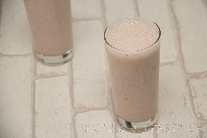 09 Banana and strawberries smoothie with milk and Chia seeds